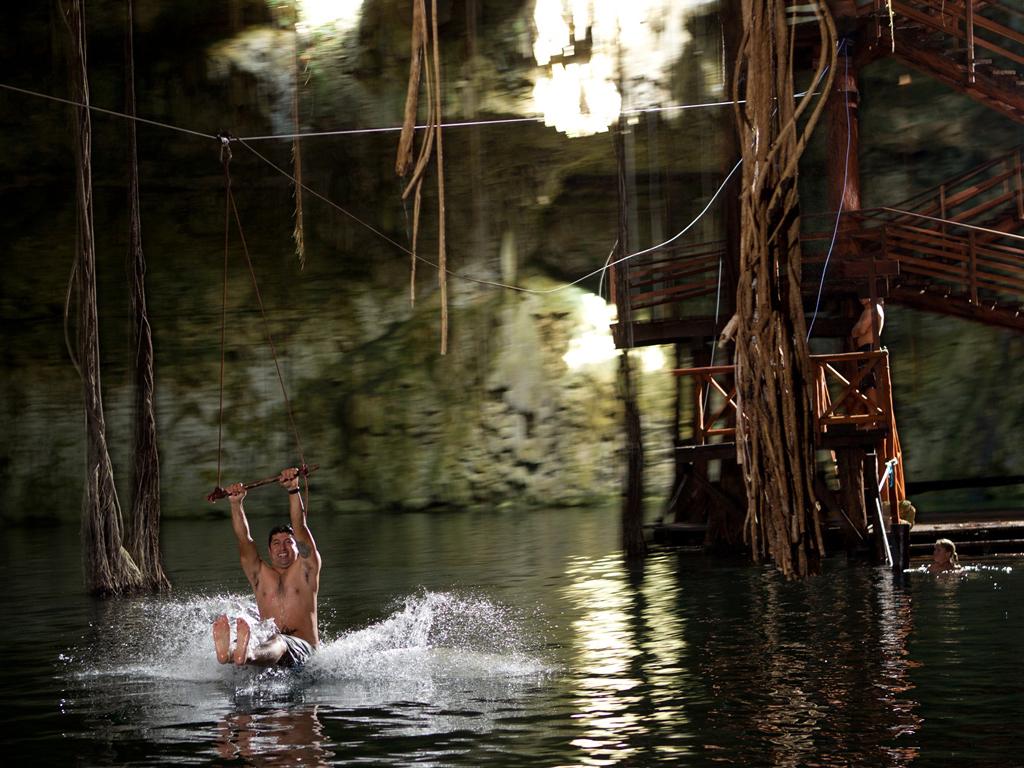 persona bajando al cenote maya park